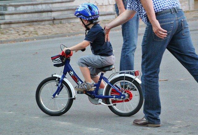 Esempio di attenzione selettiva: Bambino apprende ad andare in bicicletta e focalizza la sua attenzione